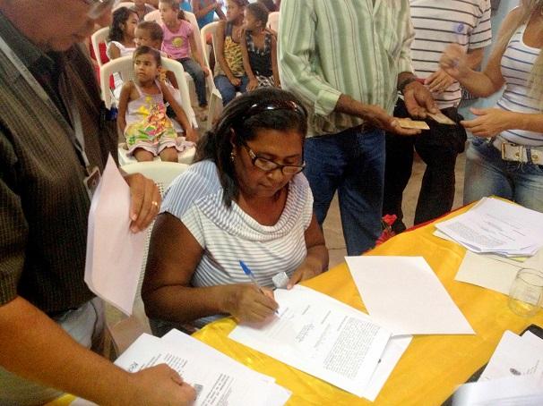 Dona Nazaré assina o mandado judicial de imissão de posse do INCRA no ´Território Quilombola, primeiro passo antes da titulação definitiva