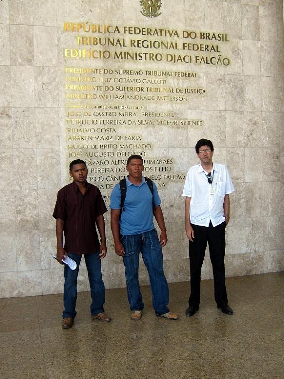 Dois quilombolas e um antropólogo do INCRA batendo na porta da Lei
