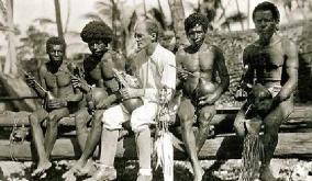 Bronislaw Malinowski, antropólogo inglês, com ilhéus das Ilhas Trobriand, em 1918.