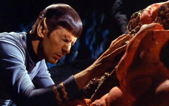 Sr. Spock fazendo uma conexão mental com a criatura de silício de Janus VI